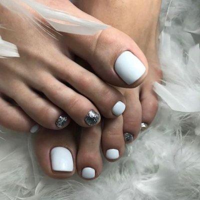 Белый педикюр с блестками