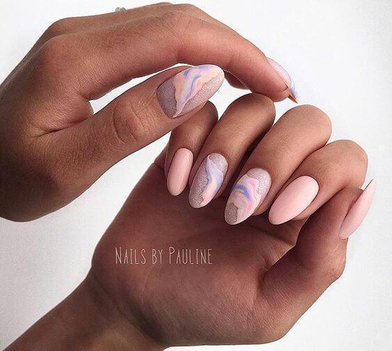 Маникюр розовый с акварельным дизайном