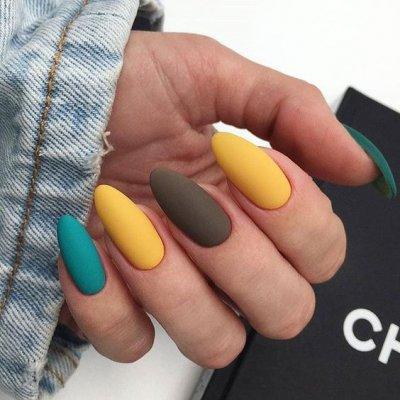 Разноцветный маникюр желтый