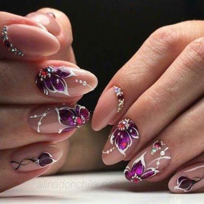 Маникюр с фиолетовыми цветами