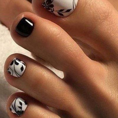 Педикюр белый с черным с цветком