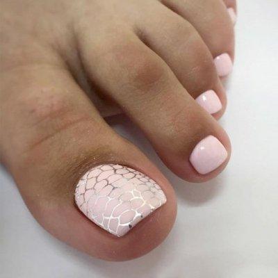 Педикюр розовый с узором