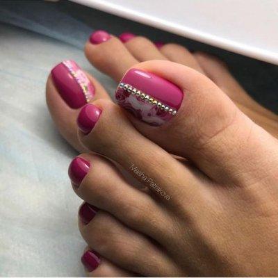 Розовый педикюр с стразами