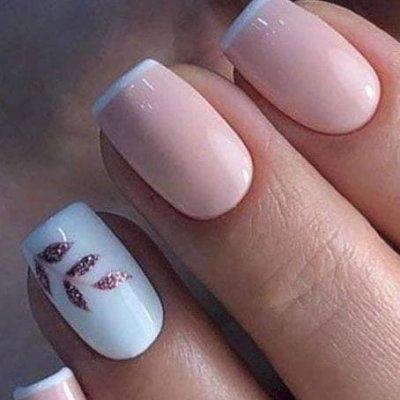 Бело розовый маникюр с листочками