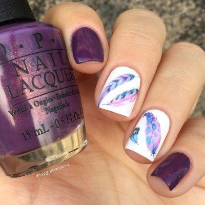 Маникюр фиолетовый с пером