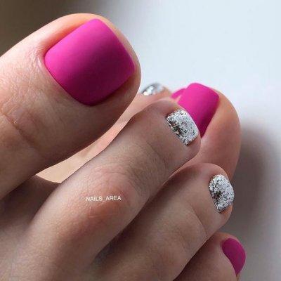 Матовый розовый педикюр с серебром