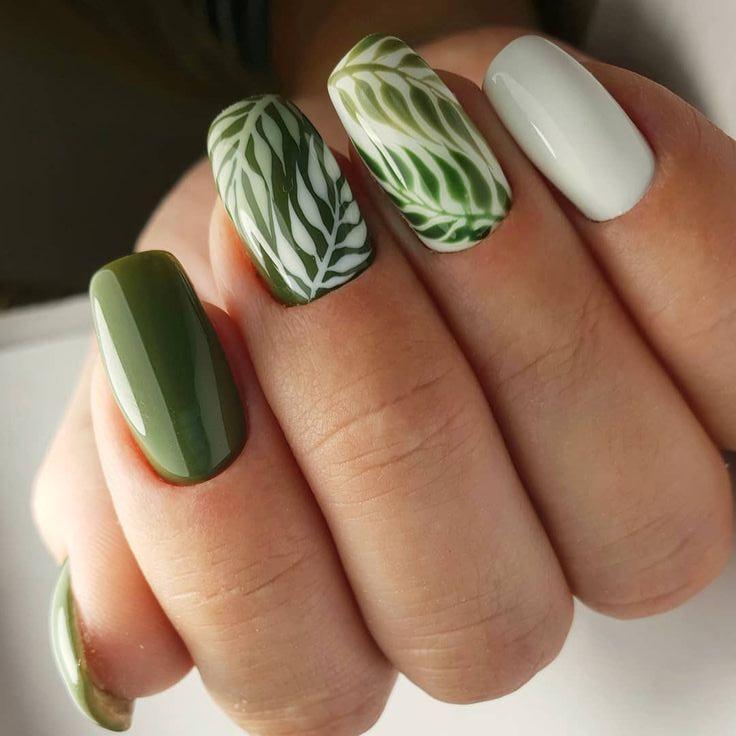 Маникюр зеленый с листьями