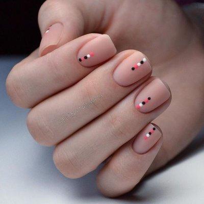 Маникюр на короткие ногти с точками