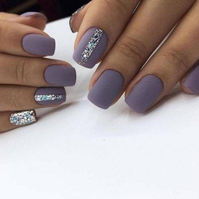 Матовый  фиолетовый маникюр с блестками