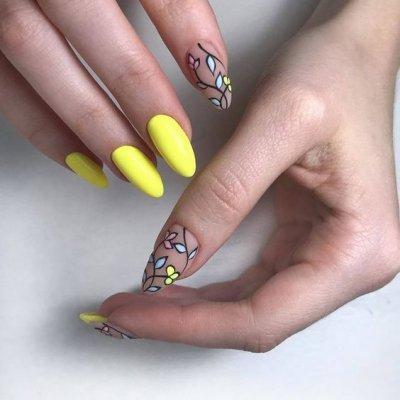 Желтый маникюр с листьями