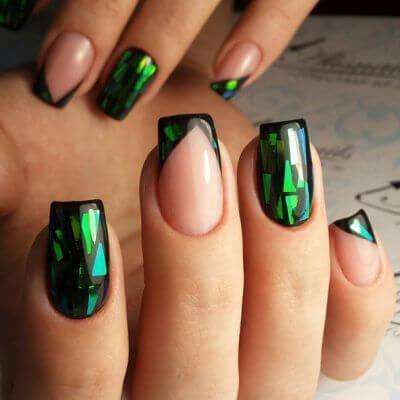Маникюр зеленый битое стекло