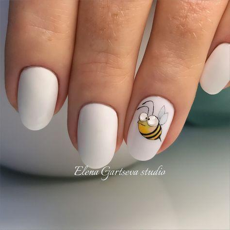 Белый маникюр с пчелкой