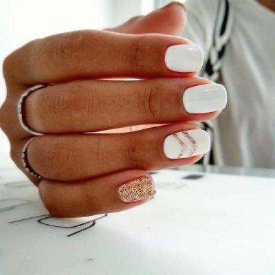 Белый маникюр с геометрией