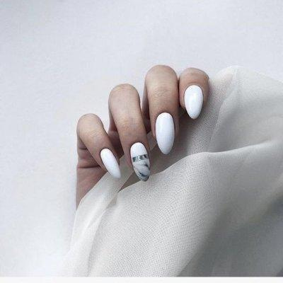 Маникюр белый с мрамором