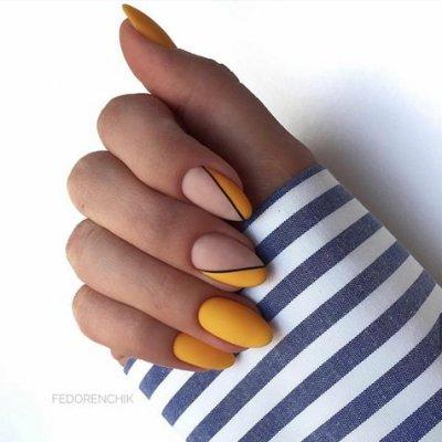 Желтый маникюр матовый с нюдовым