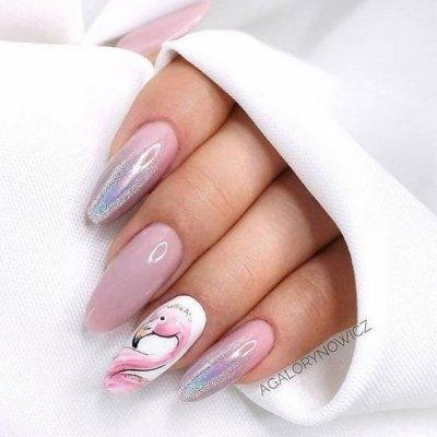 Розовый маникюр с фламинго