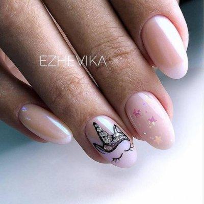 Розовый маникюр с единорогом