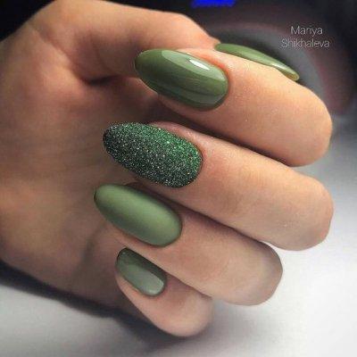 Зеленый маникюр матовый и с песком