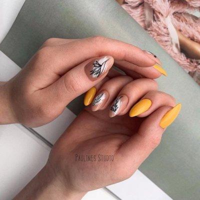 Желтый маникюр с нюдовым