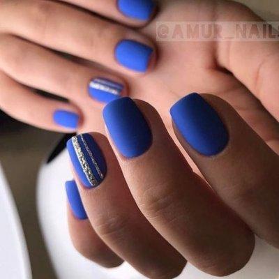 Синий маникюр с полоской
