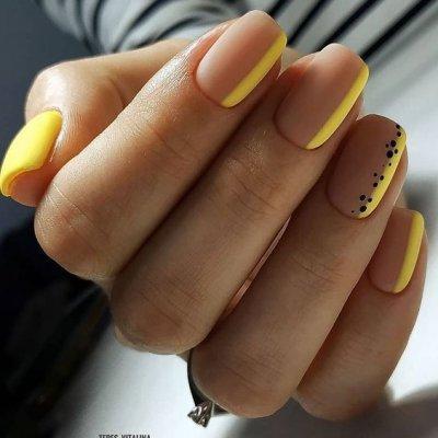 Маникюр нюдовый с желтым