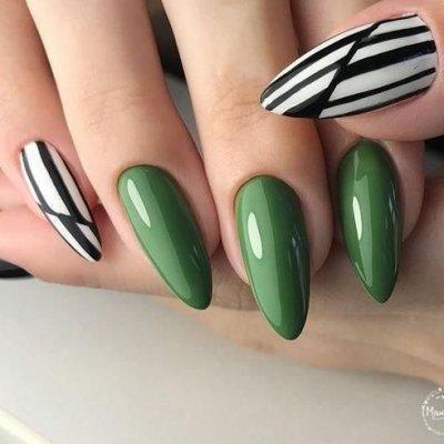 Зеленый маникюр с черно белым