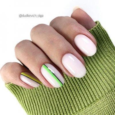 Маникюр белый с зелеными полосками