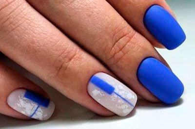 Синий маникюр с белым дизайном