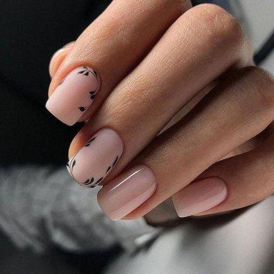 Розовый маникюр с ветками