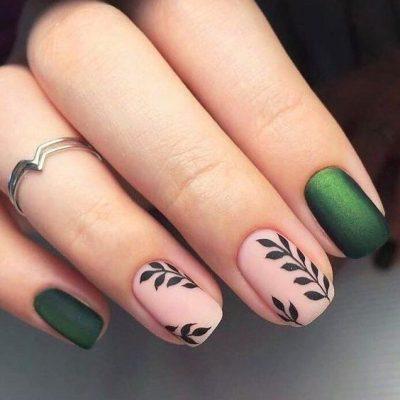 Зеленый с нюдовым маникюр с веточками