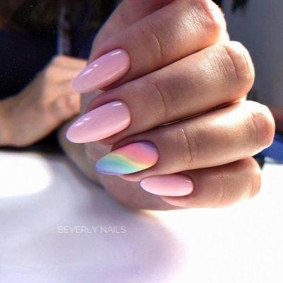 Маникюр розовый с радугой