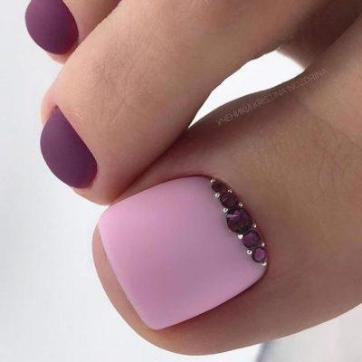Розовый матовый педикюр