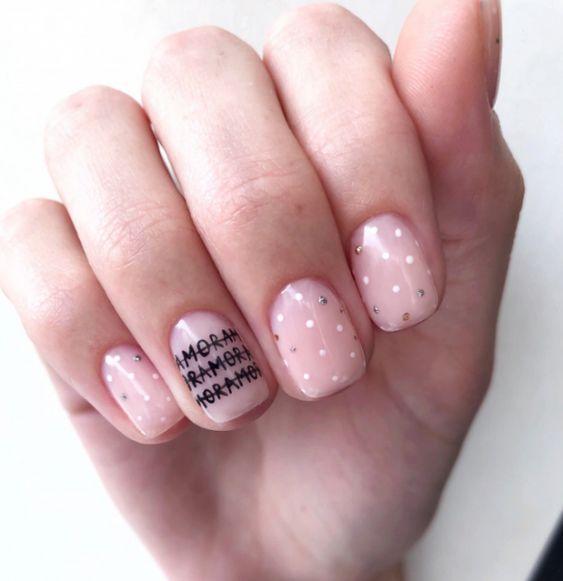 Розовый маникюр с точками