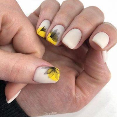 Белый маникюр с цветами