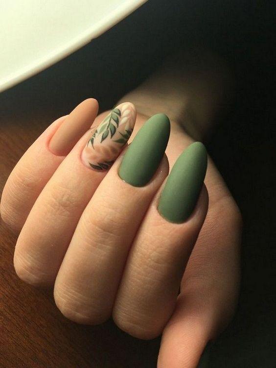 Зеленый маникюр с веточками
