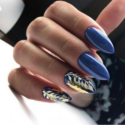 Синий маникюр с фольгой