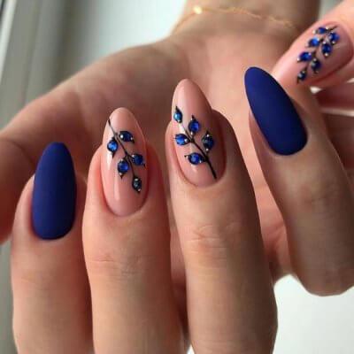 Маникюр синий с розовым и цветками из страз