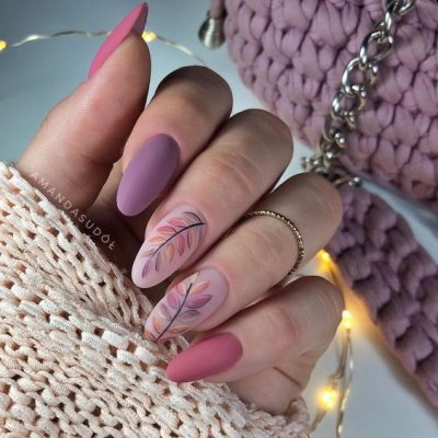 Маникюр фиолетовый с листьями