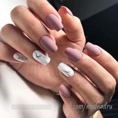 Маникюр розовый матовый с мрамором