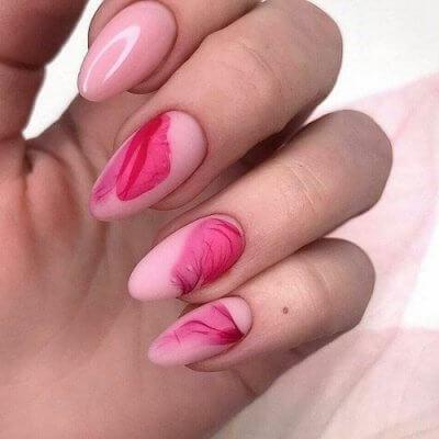 Маникюр розовый с дымом