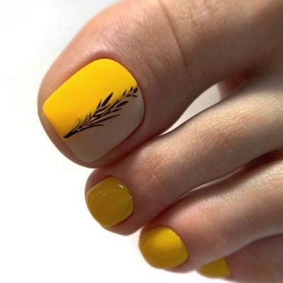 Желтый педикюр