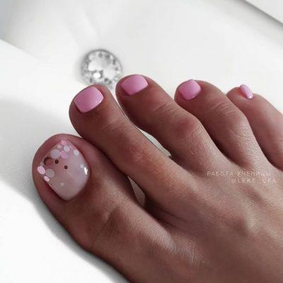 Розовый педикюр с блестками