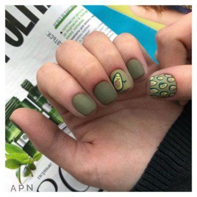 Зеленый маникюр с авокадо