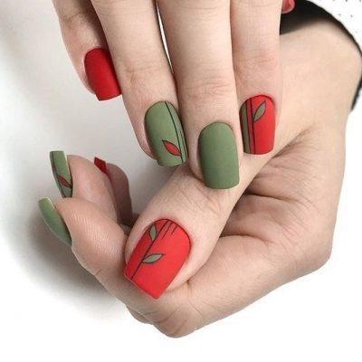 Матовый маникюр зеленый с красным