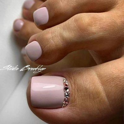 Розовый педикюр