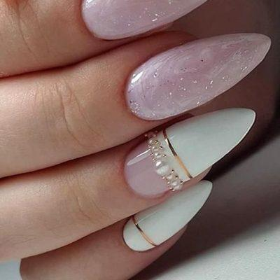 Розовый маникюр с белым