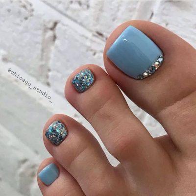 Голубой с блестками педикюр
