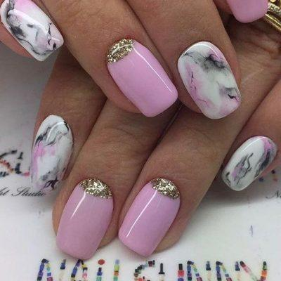 Розовый маникюр мрамор