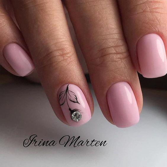 Розовый маникюр цветок с стразой