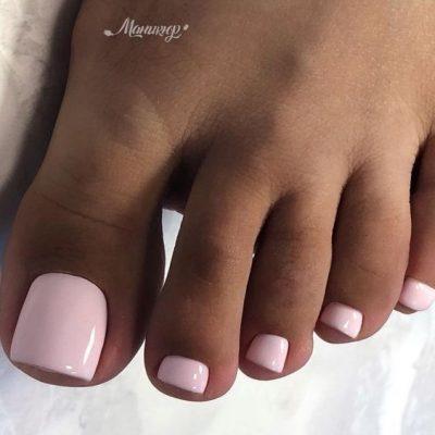 Бледно розовый педикюр